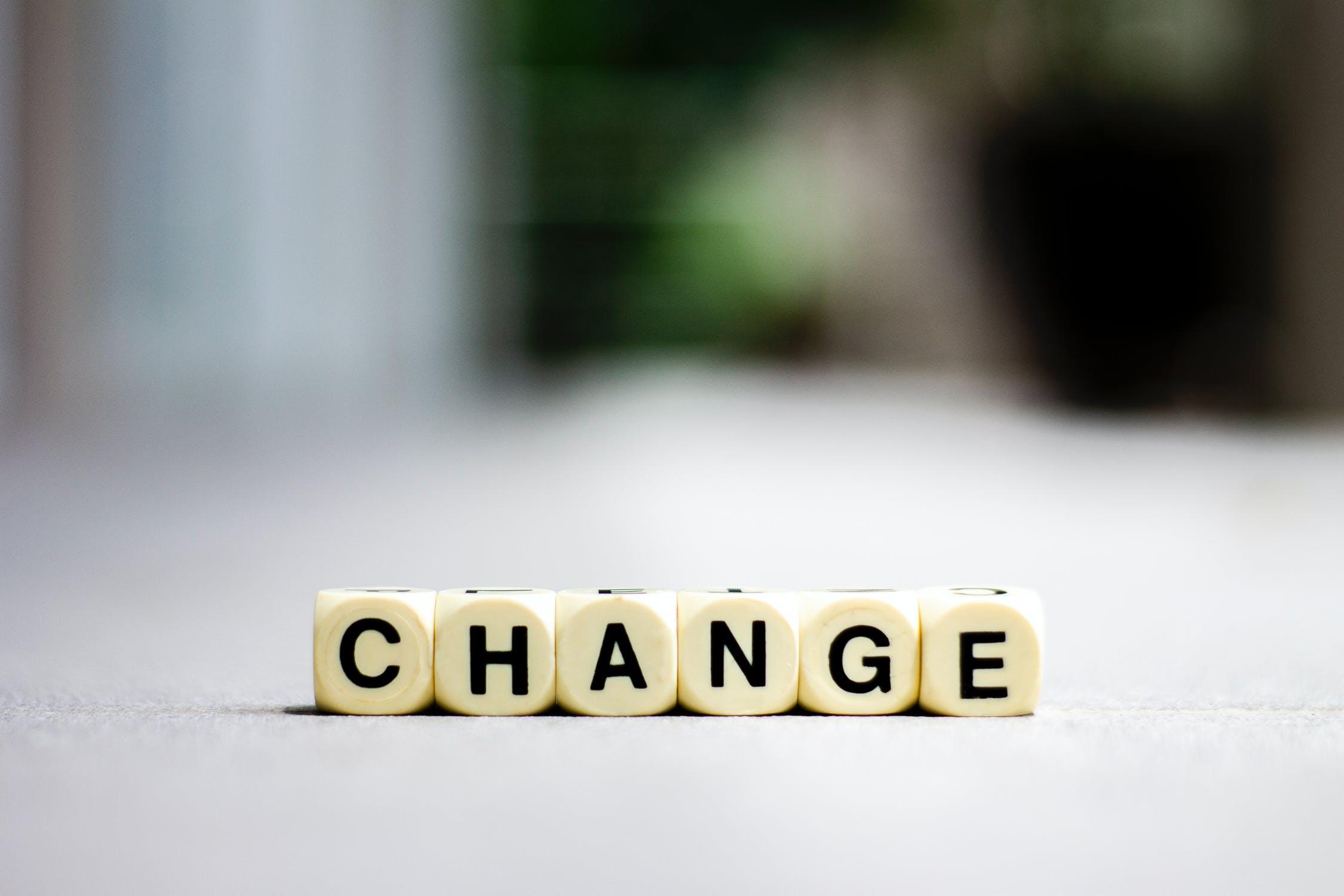 """Das Bild zeigt Buchstabenwürfel, die das Wort """"CHANGE"""" bilden."""