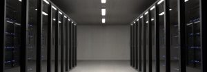 Es ist ein Serverraum zu sehen, welcher dunkel gehalten ist und viele Server beinhaltet.
