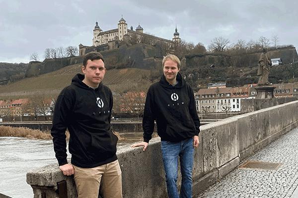 Zu sehen sind der Gründer Oli und dessen Freund Lennard, durch den die Idee zu Eye-Able entstanden ist. Beide stehen auf einer Brücke in Würzburg.
