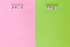 """Auf der linken Seite des Bildes findest Du Buchstaben die das Wort """"Pros"""" bilden, auf der rechten Seite des Bildes steht dagegen """"Cons""""."""