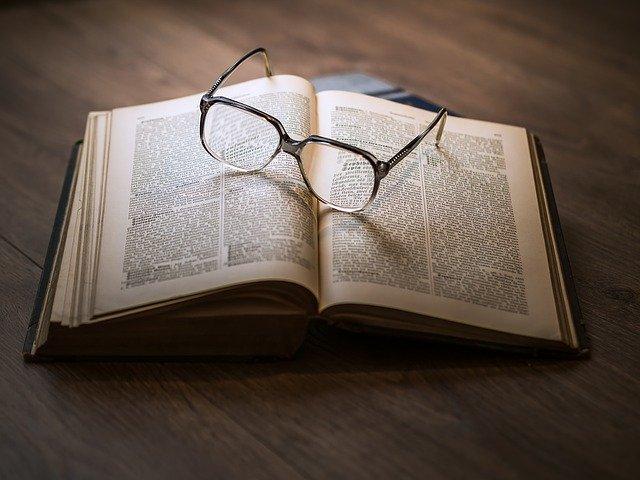 Brille die auf einem Buch liegt